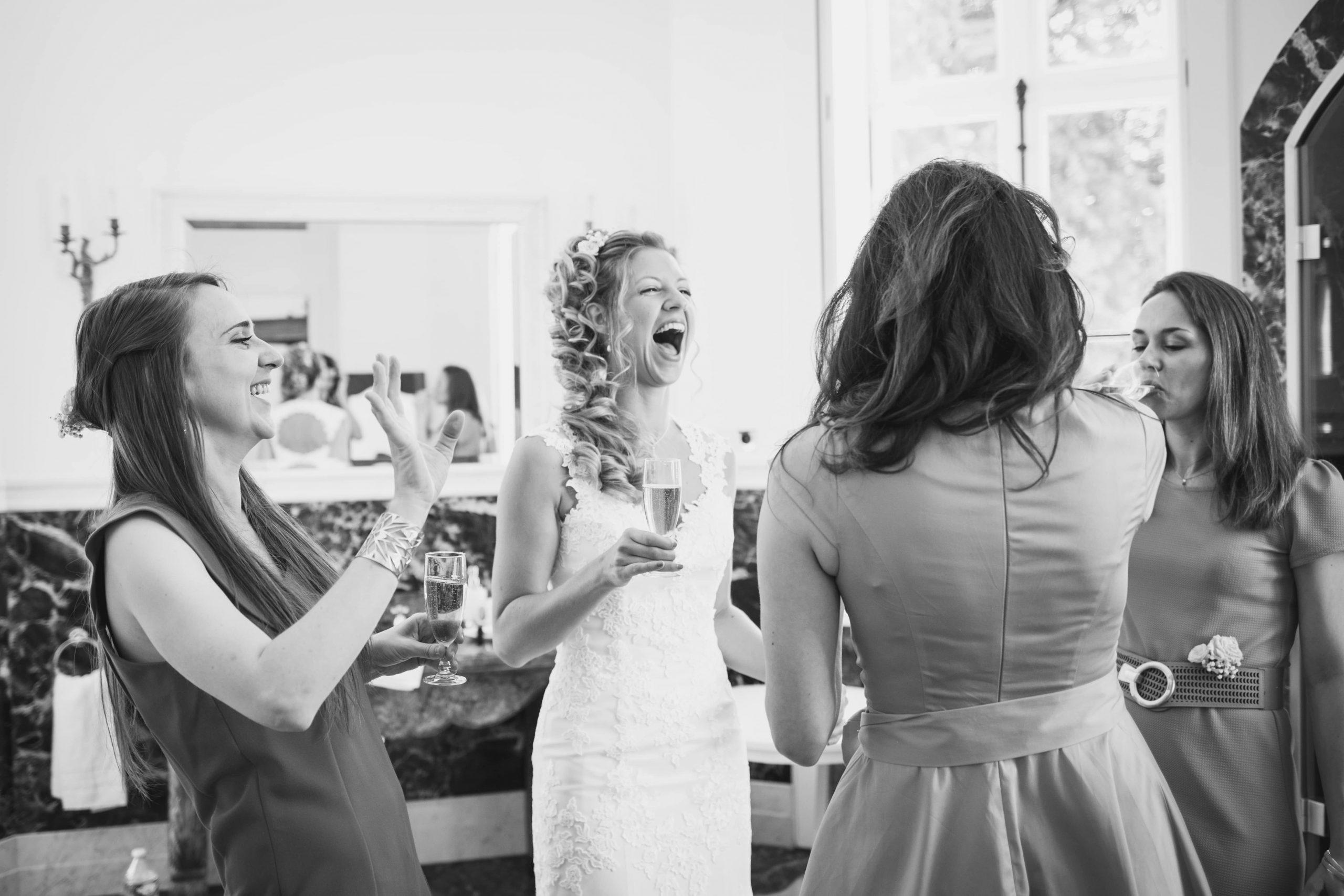 Photo prise sur le vif de la mariée et ses demoiselles d'honneur