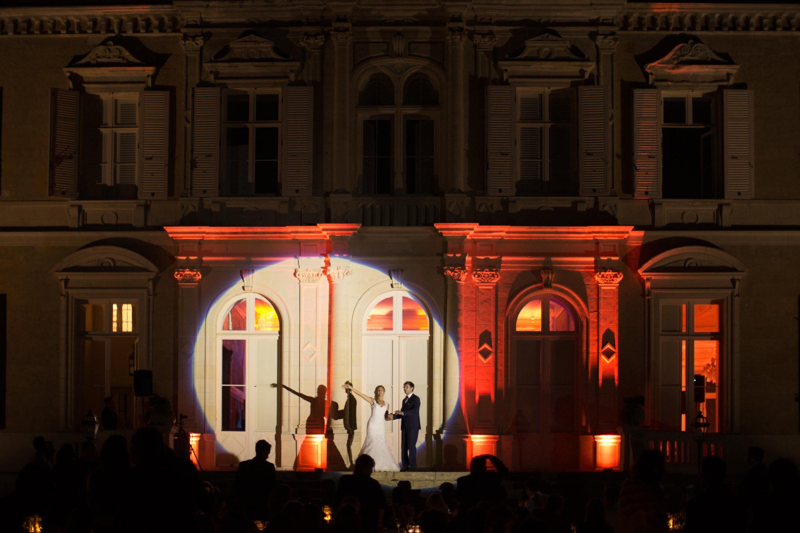 Première danse des mariés en extérieur de nuit