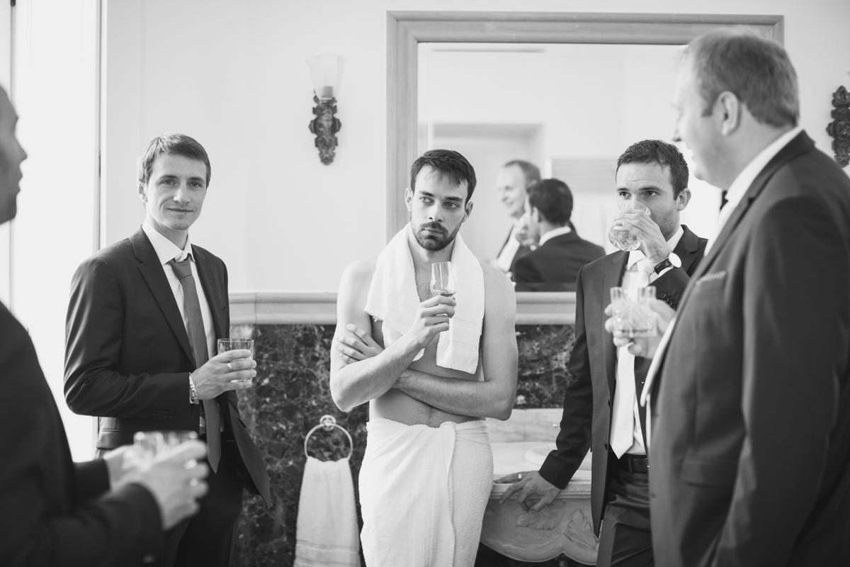 dégustation du whisky du marié avec ses amis