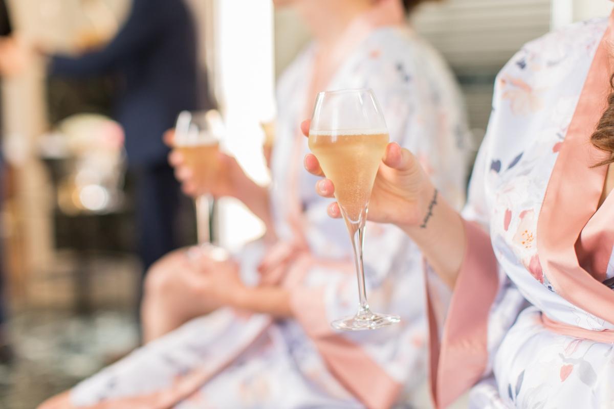 coupes de champagnes pendant les préparatifs de la mariée