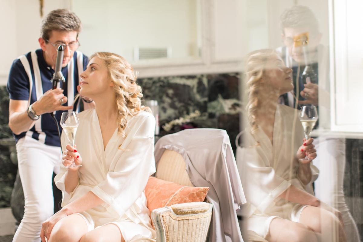 photo de la mariée pendant sa coiffure
