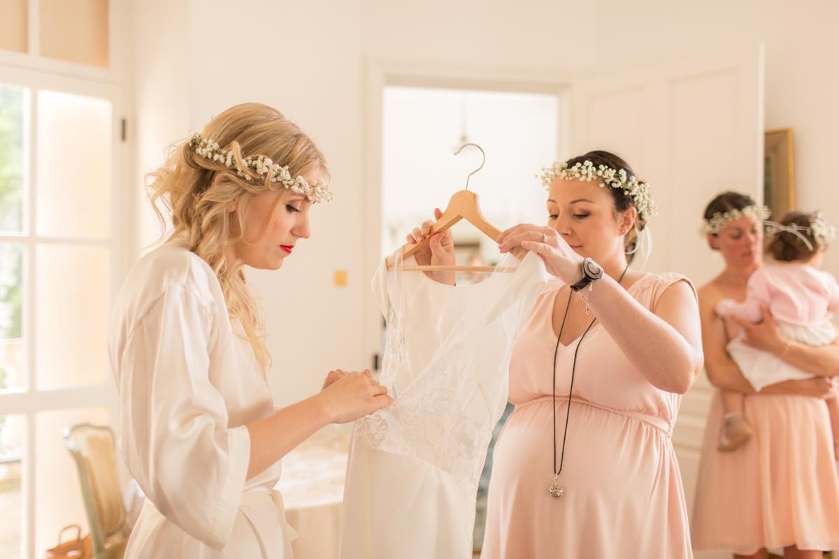 la mariée prépare sa robe avant de l'enfiler