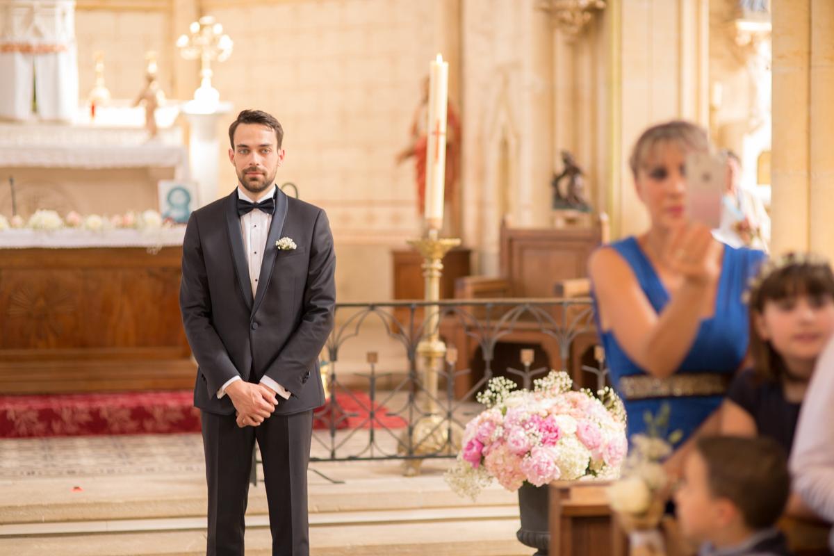 le marié attend sa femme dans l'église
