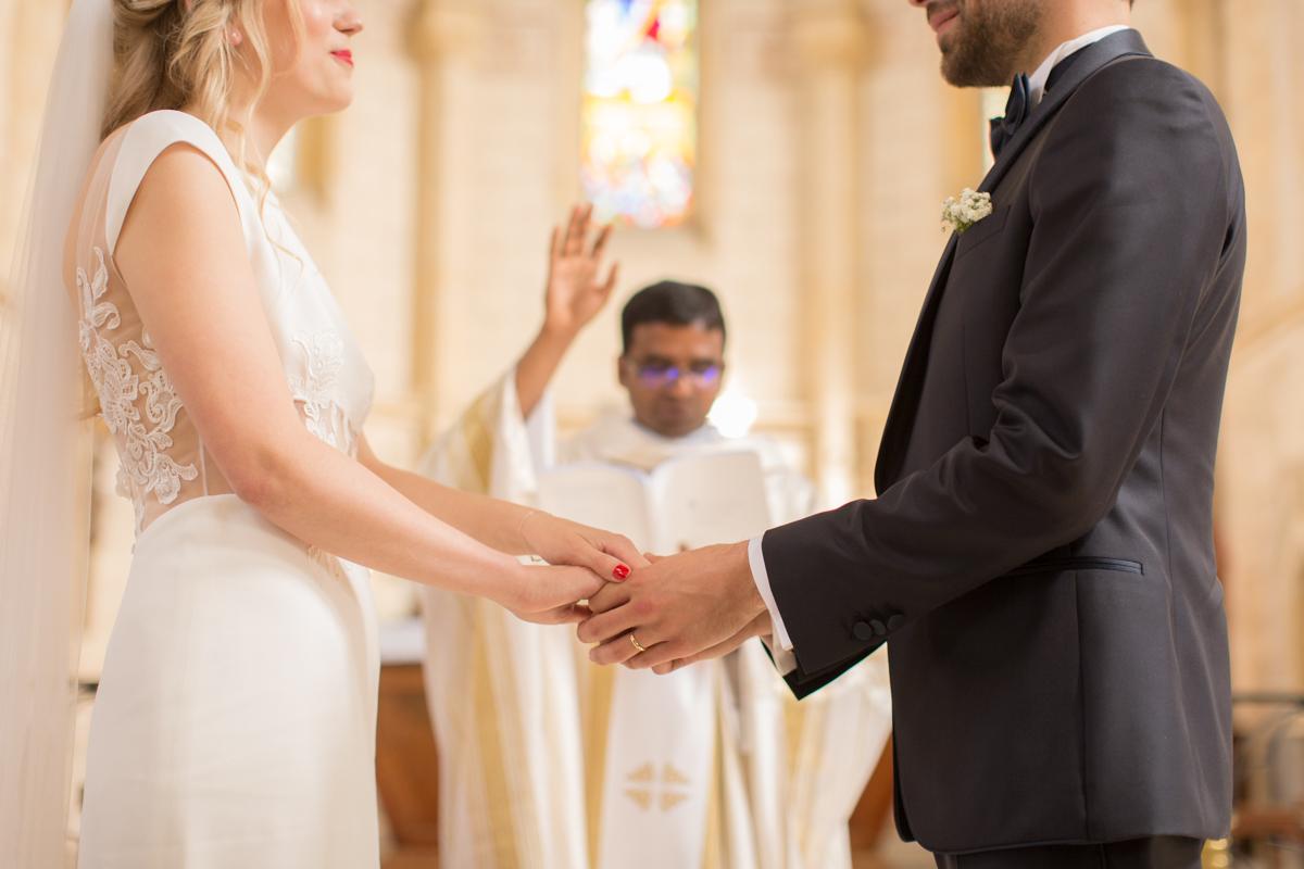 photo artistique des mariés se tenant la main