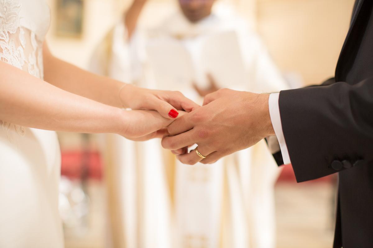 les mariés se prennent par la main à l'église