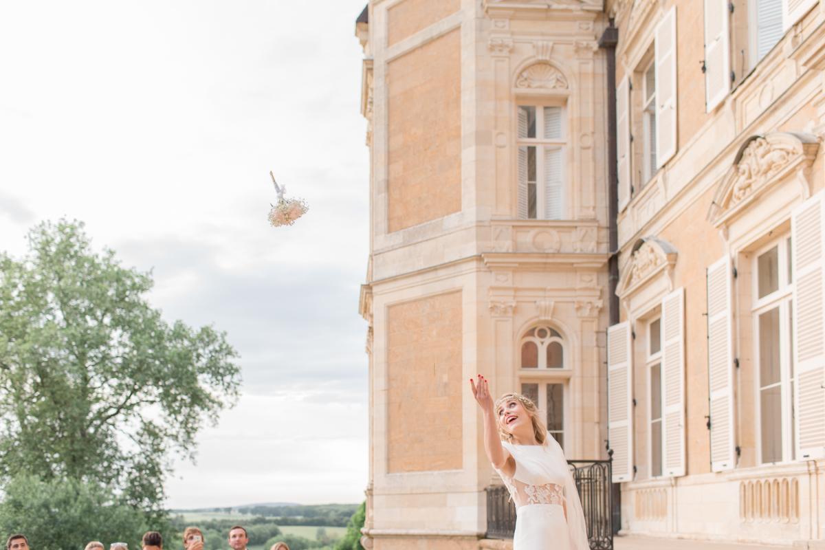 lancer de bouquet de la mariée au château d'azy
