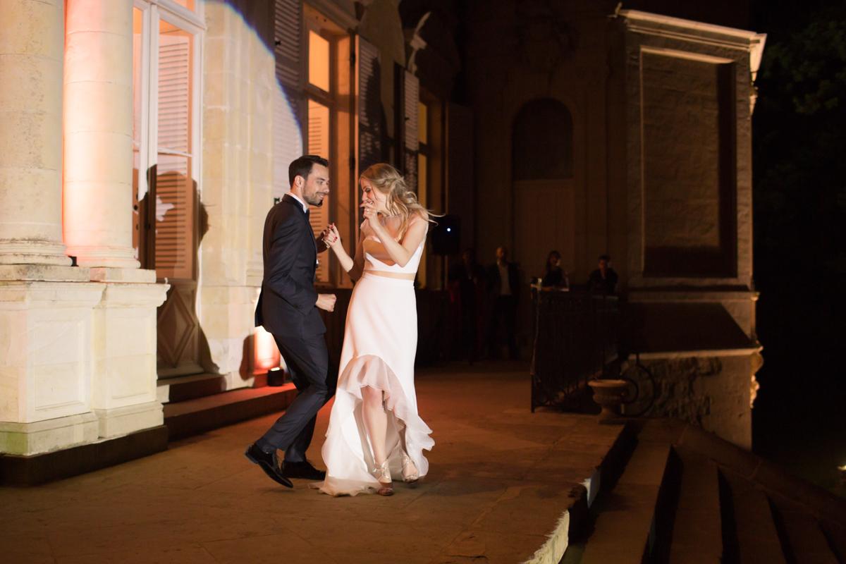 première danse des mariés sur le perron du château d'azy