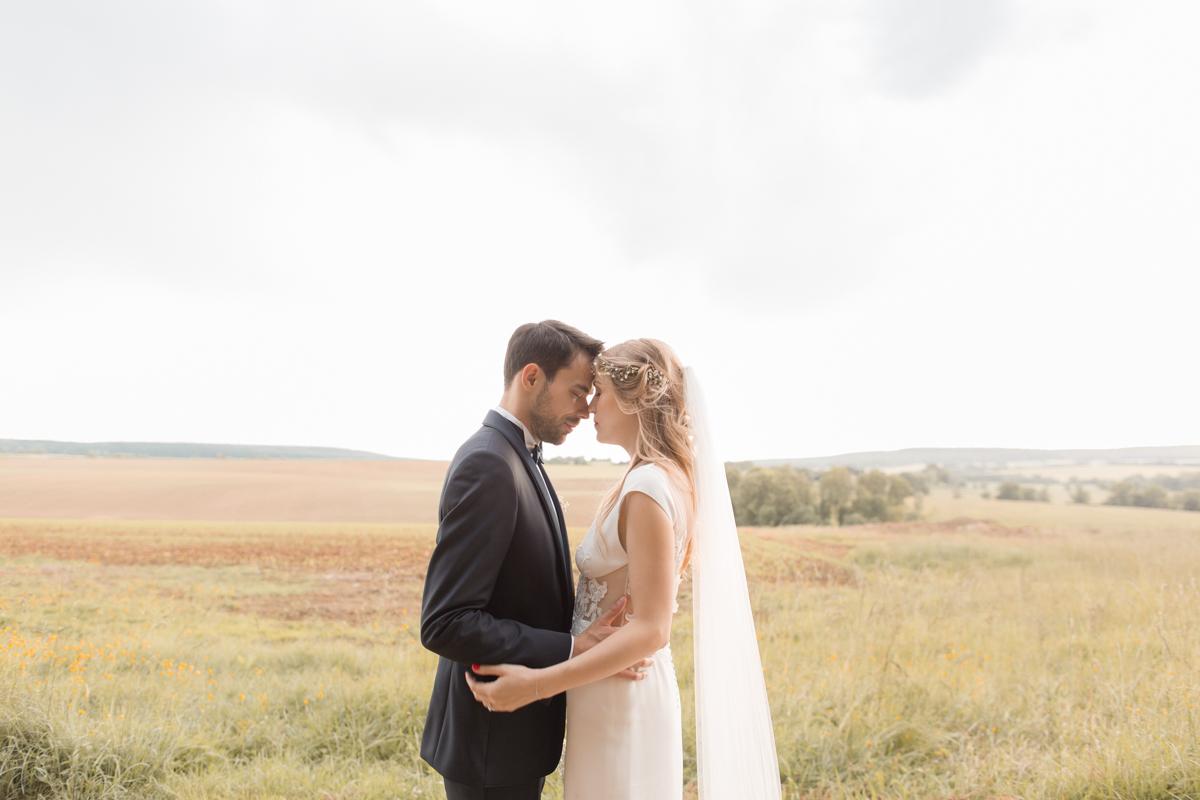 séance couple mariage dans les champs derrière le château d'azy