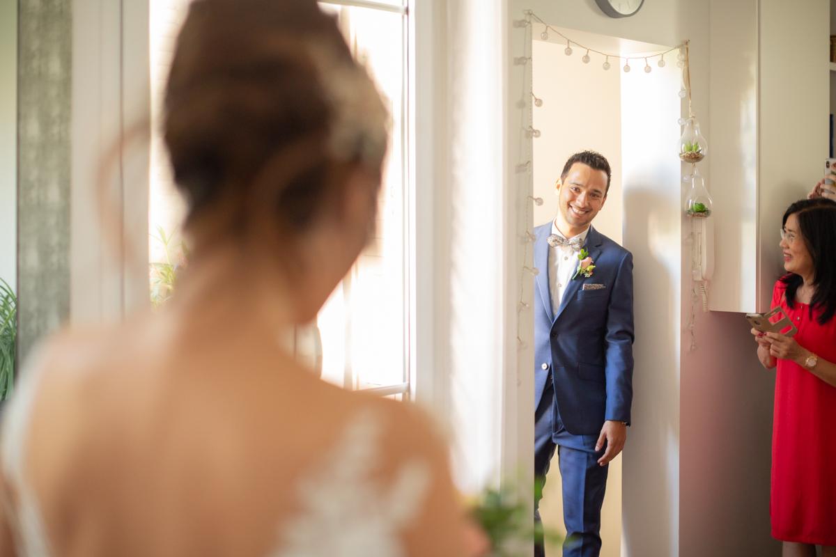 visage du futur mari qui découvre sa femme en robe de mariée