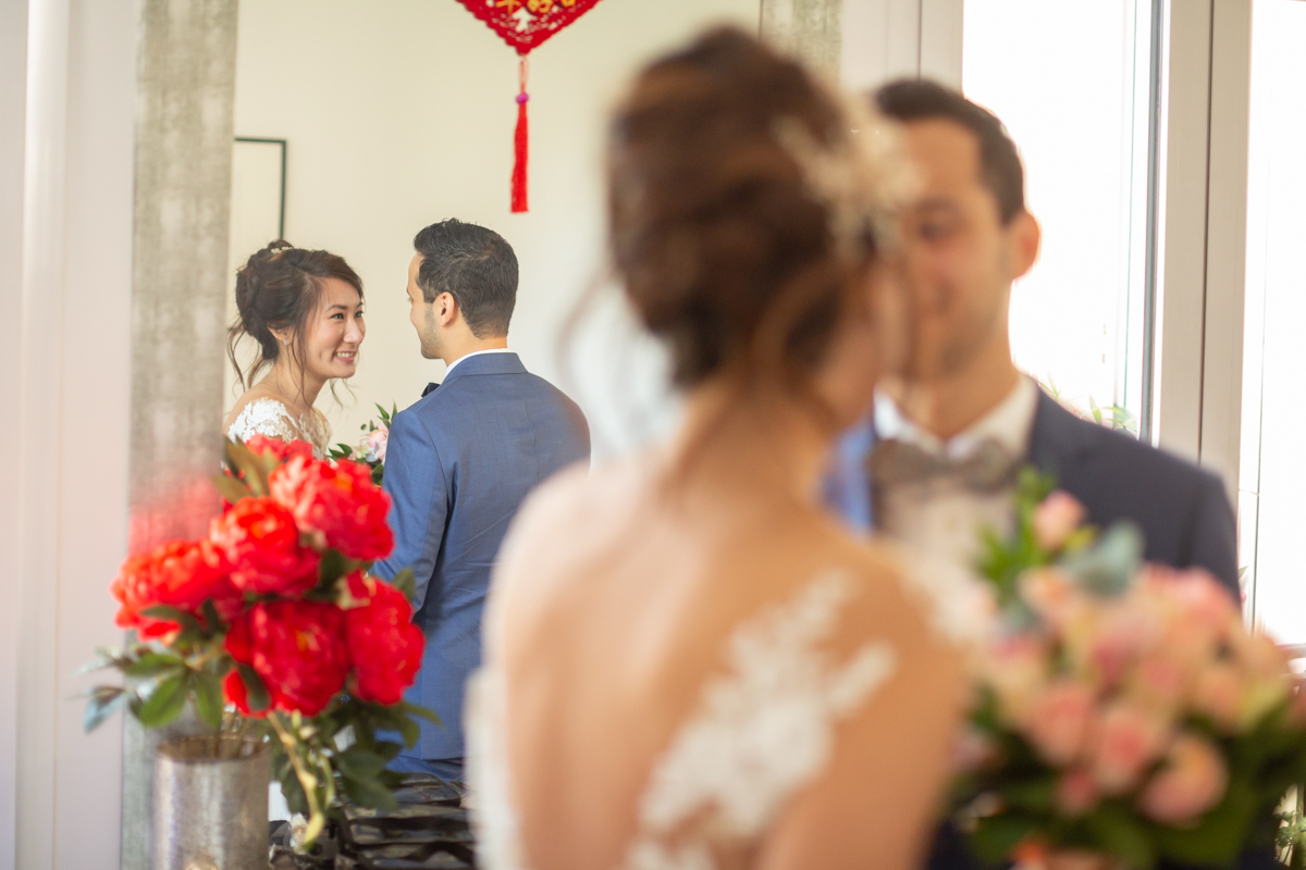 photo artistique des mariés à travers le miroir