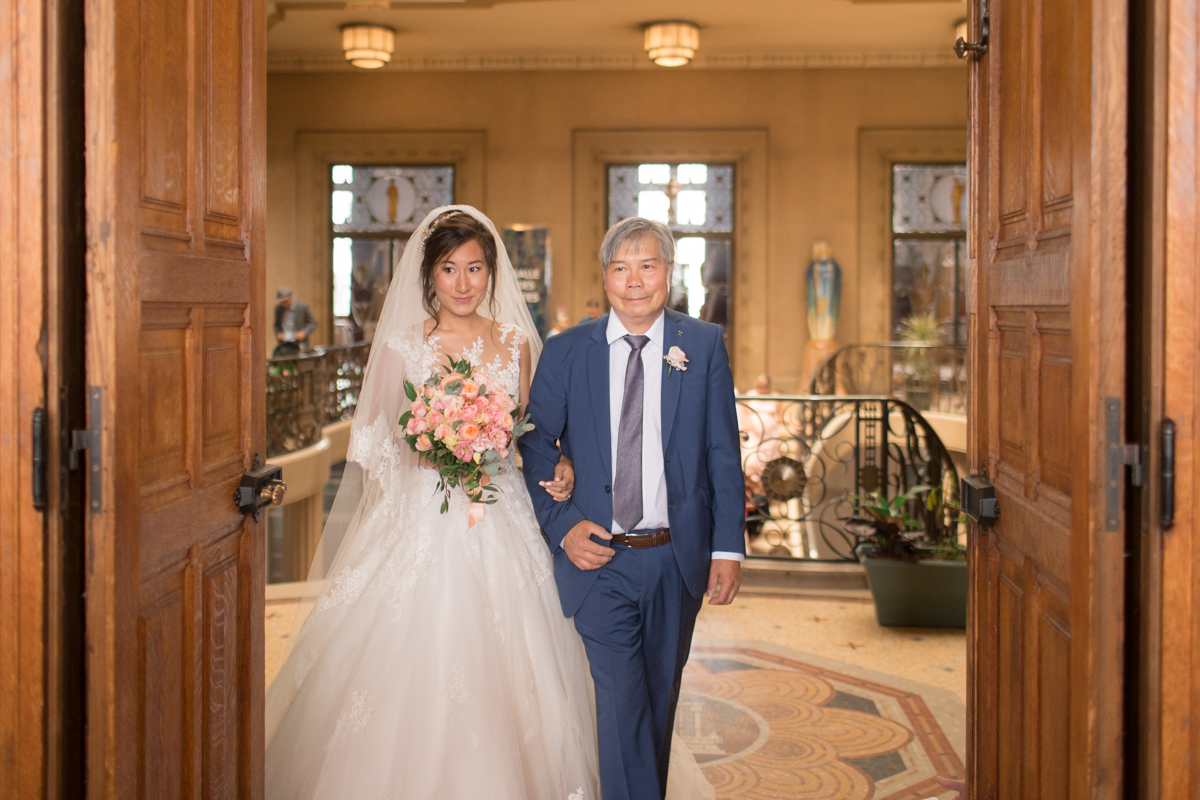 la mariée arrive à la mairie aux bras de son père