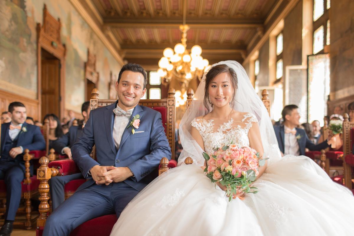les mariés assis à la mairie de vincennes