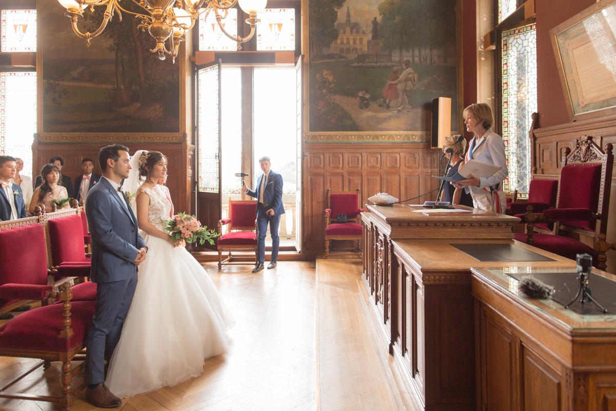 photo de profil des mariés avec l'officiante adjointe au maire de vincennes
