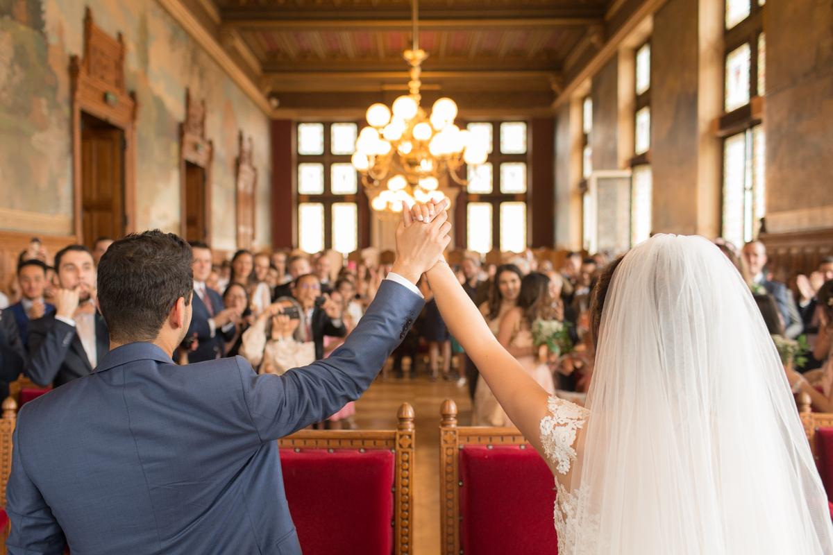 mariés heureux à la mairie de vincennes