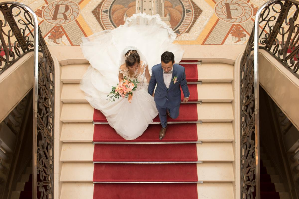 magnifique photo des mariés descendant l'escalier de la mairie de vincennes