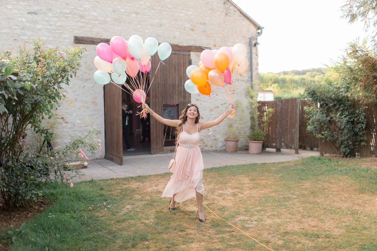 la demoiselle d'honneur prépare les ballons pour le lâcher de ballons à la ferme du grand chemin