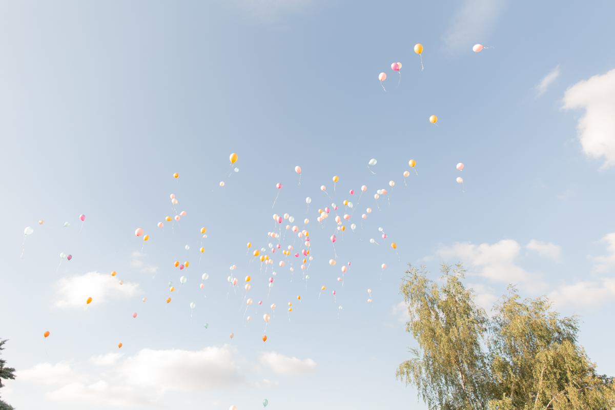 lâcher de ballons dans le ciel à la ferme du grand chemin