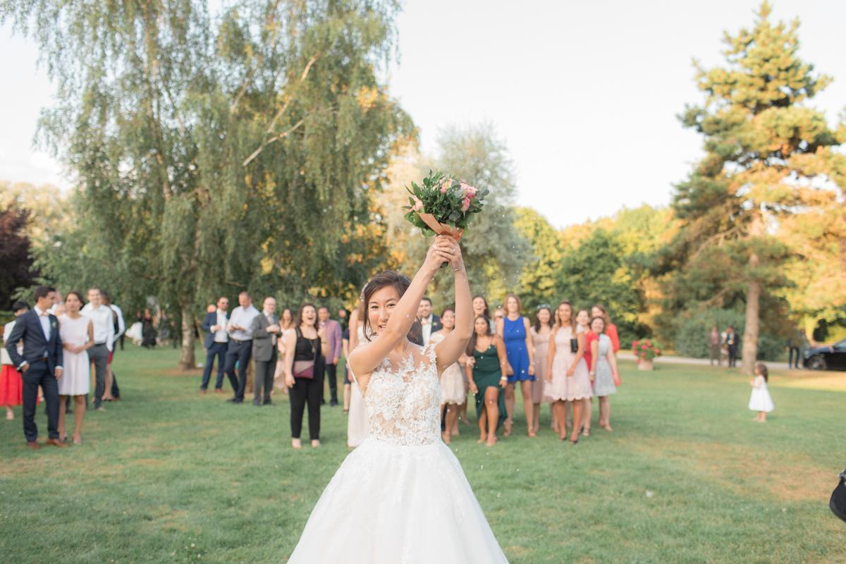 la mariée prépare son lancer de bouquet