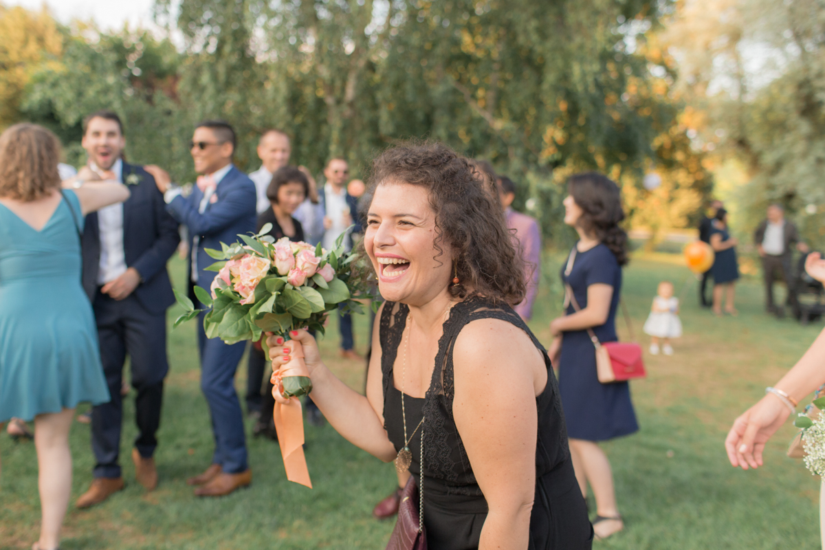 elle a attrapé le bouquet de la mariée