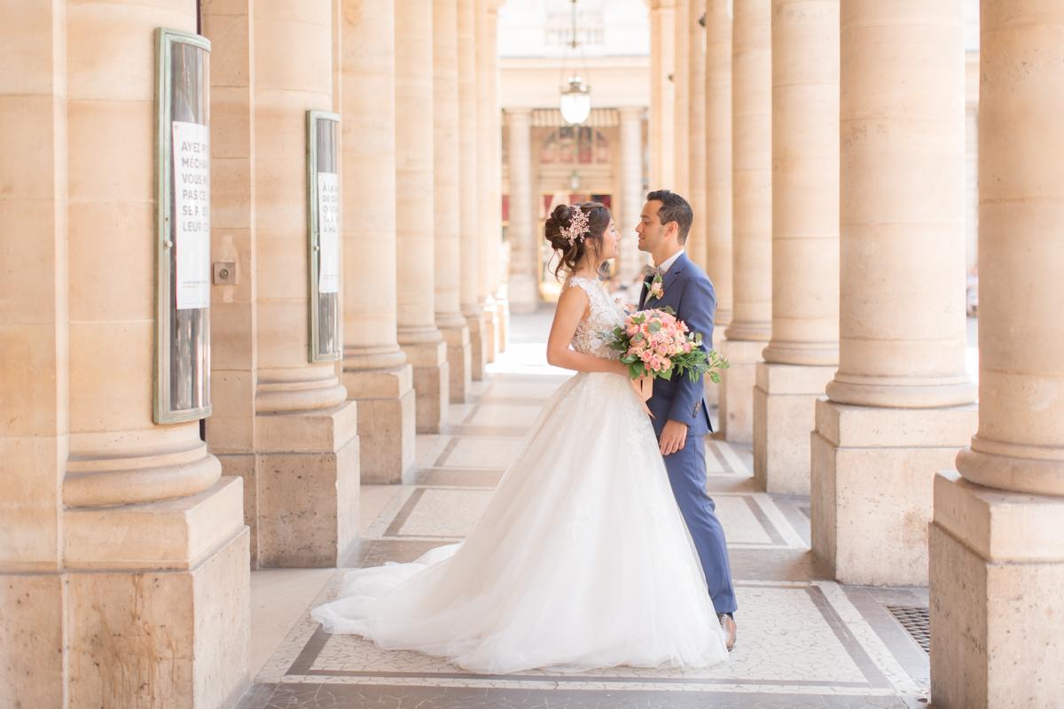 séance photo de couple dans paris vers le louvre