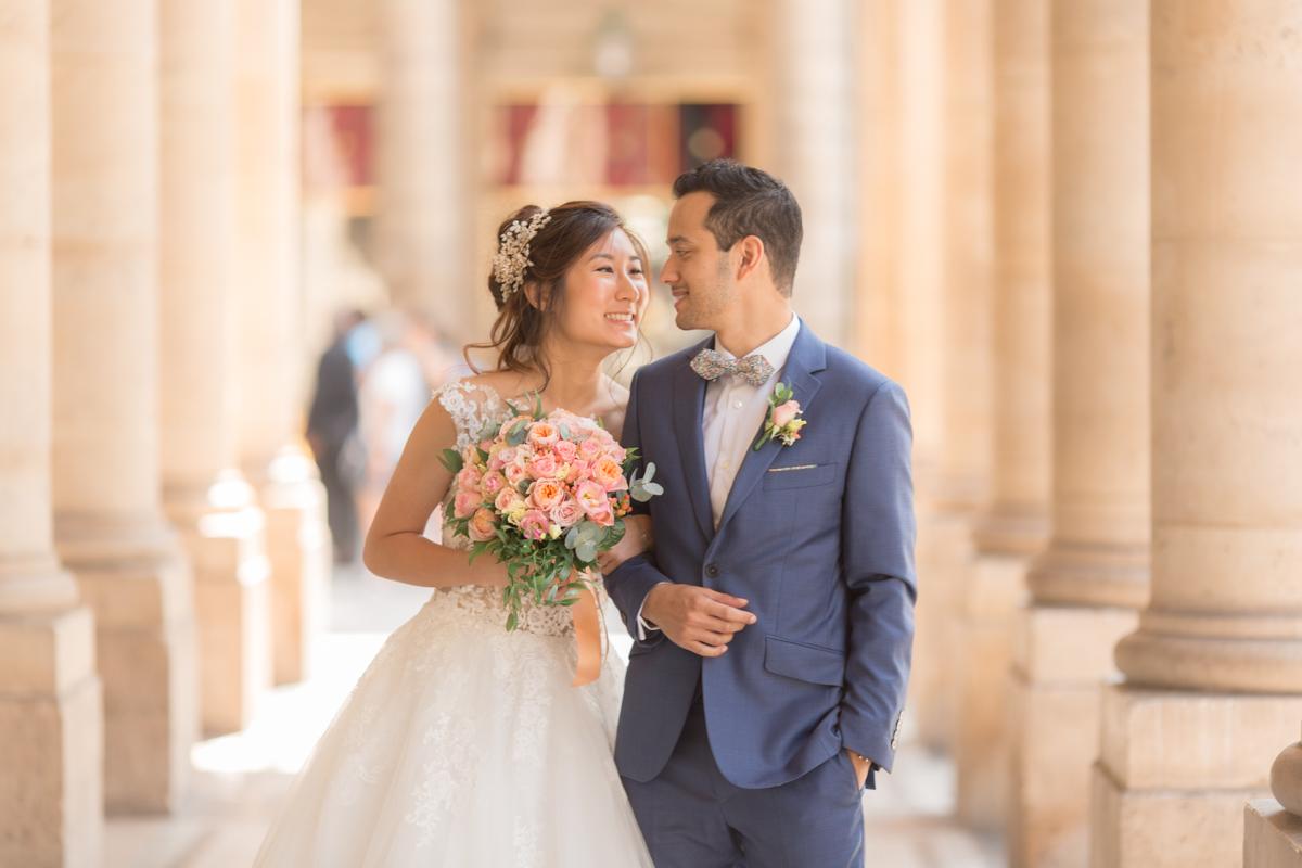 la mariée a un regard complice avec son mari