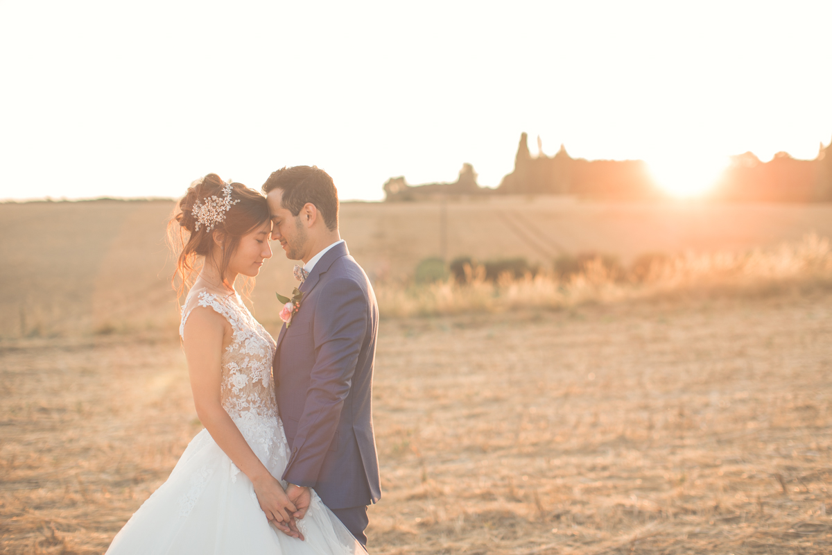 photo des mariés à l'heure dorée (golden hour)