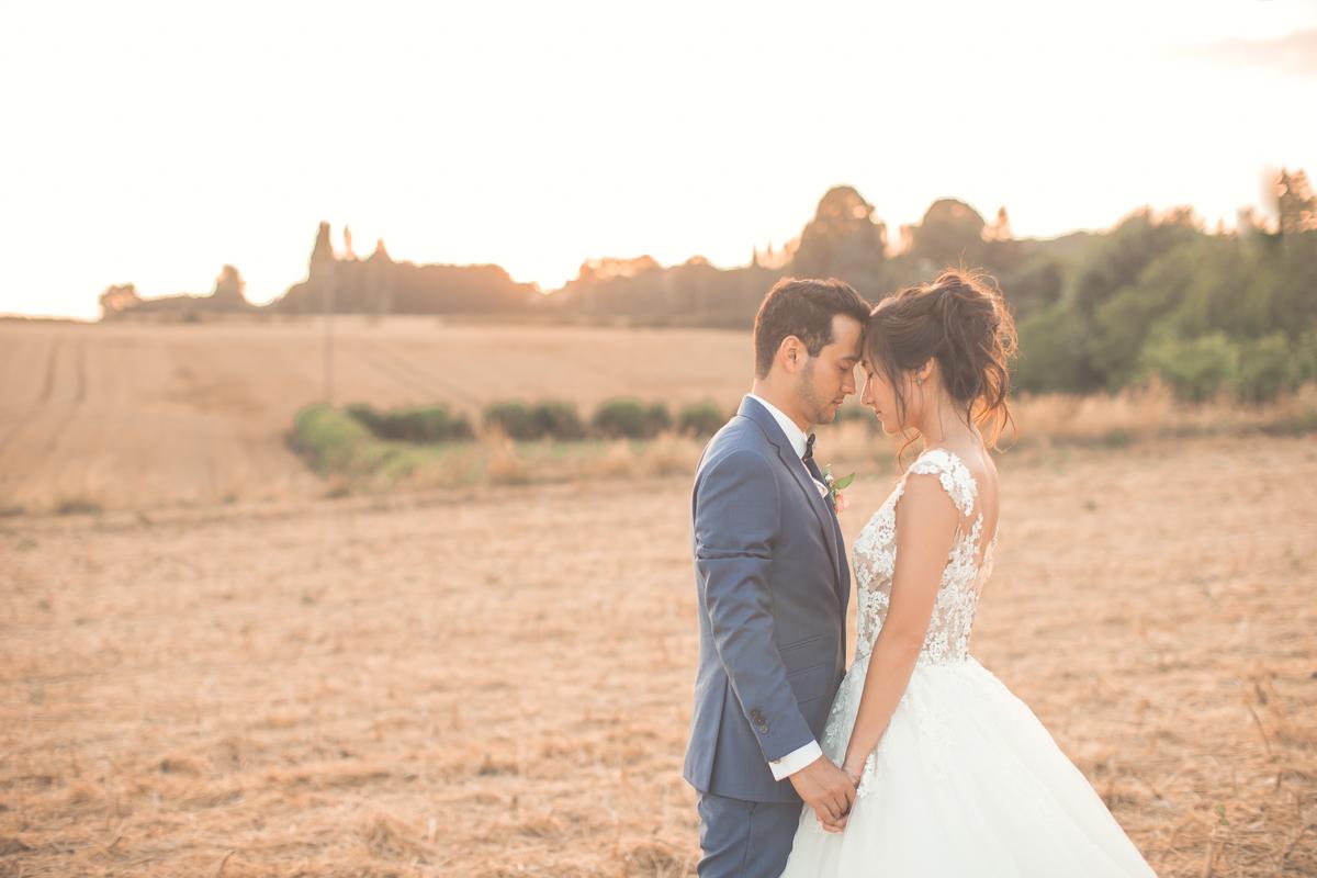 photo complice des mariés au coucher du soleil