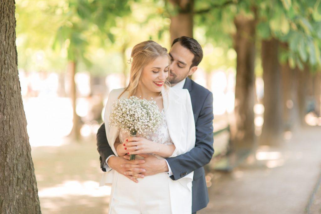 séance connexion pendant leur mariage civil ou le mari enlace sa femme amoureusement à la mairie du 5eme arrondissement de paris