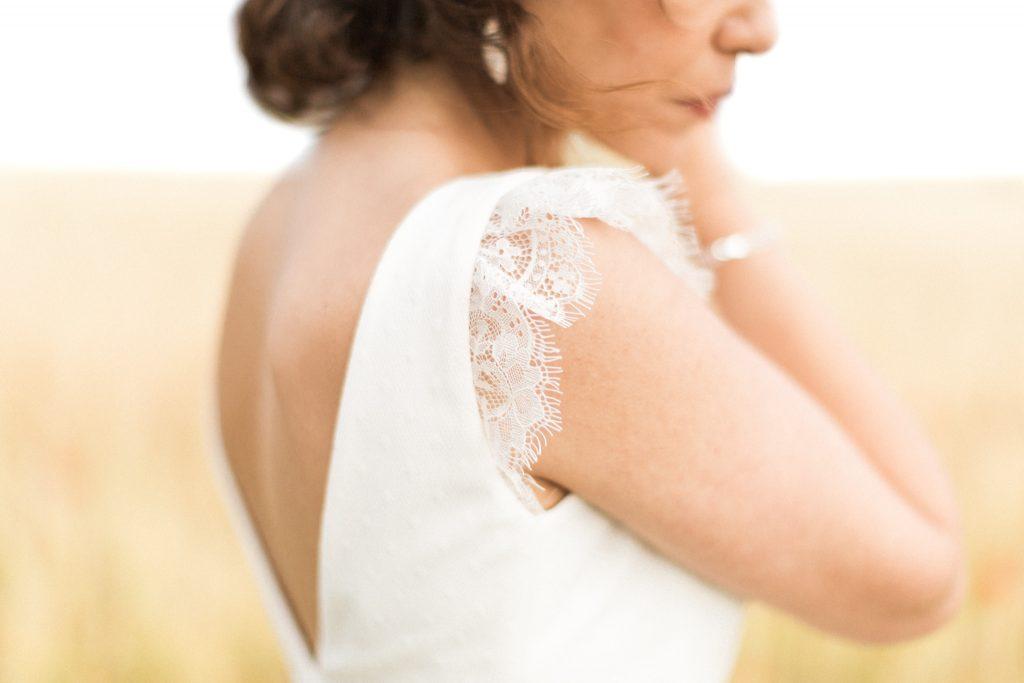détail dentelle de la robe de la mariée