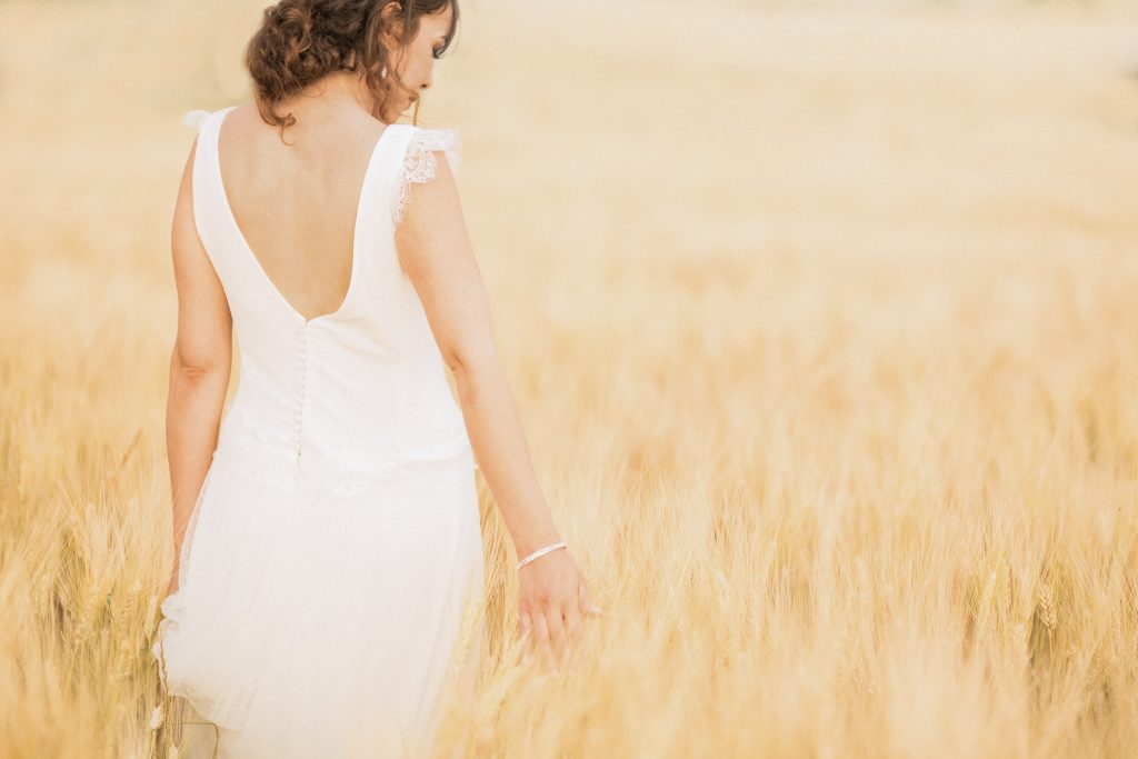 photo de la mariée dans un champ de blé