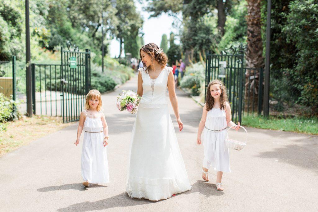 la mariée et ses demoiselles d'honneur arrivent à la mairie de montpellier