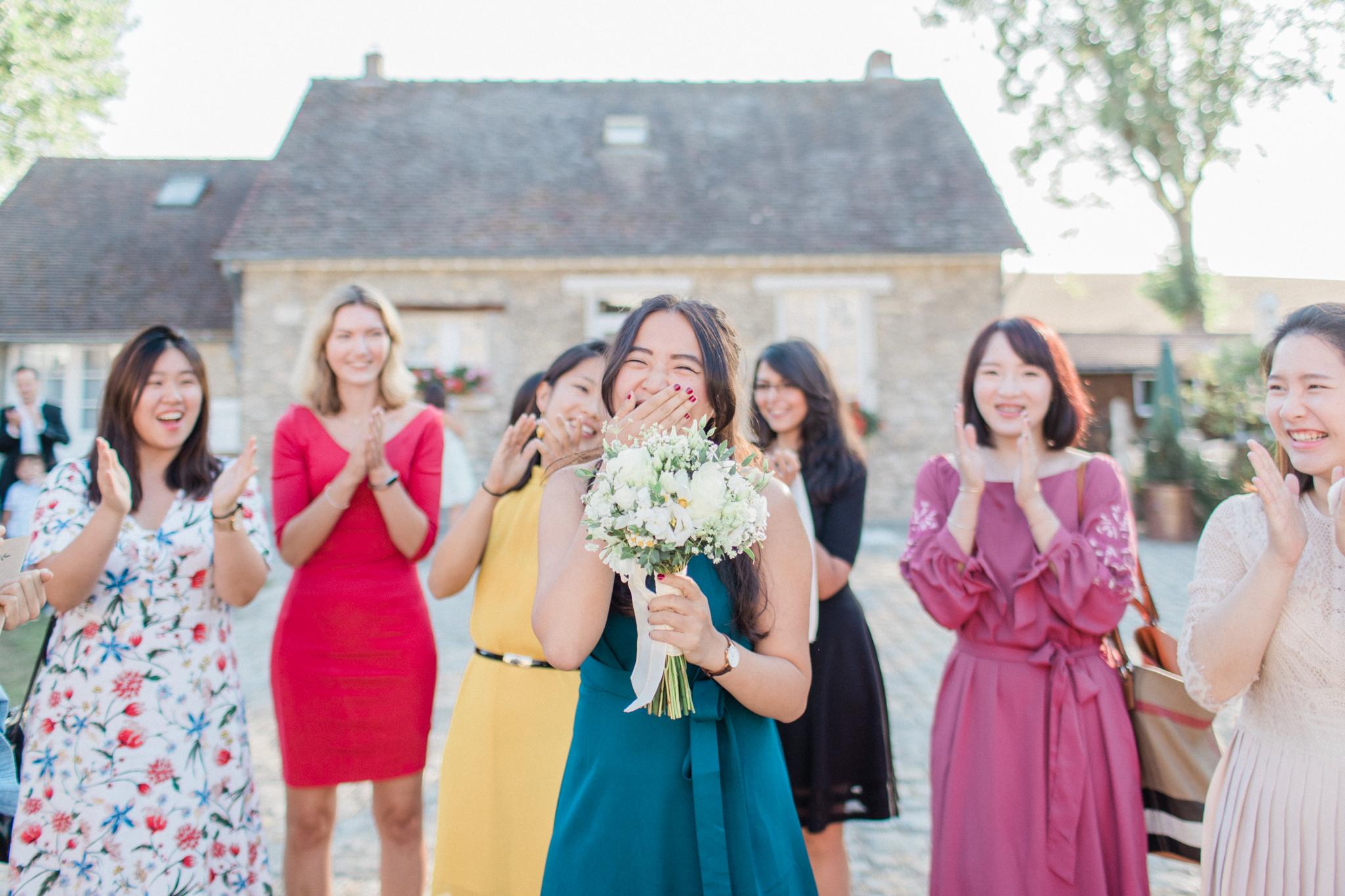 la demoiselle qui a attrapé le bouquet de la mariée