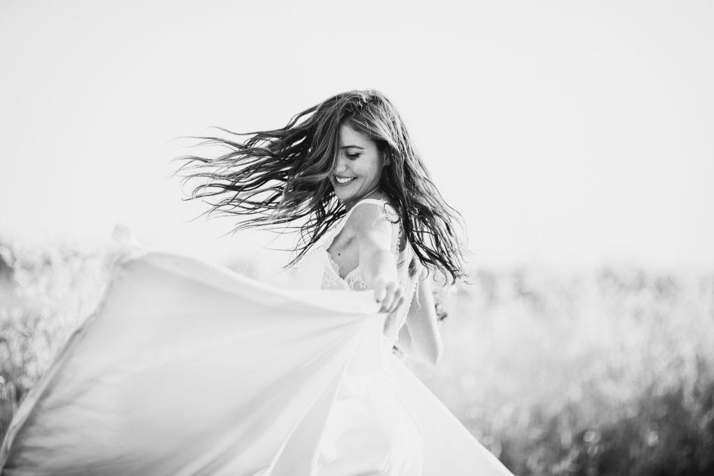 photo de mariée heureuse lumineuse et naturelle
